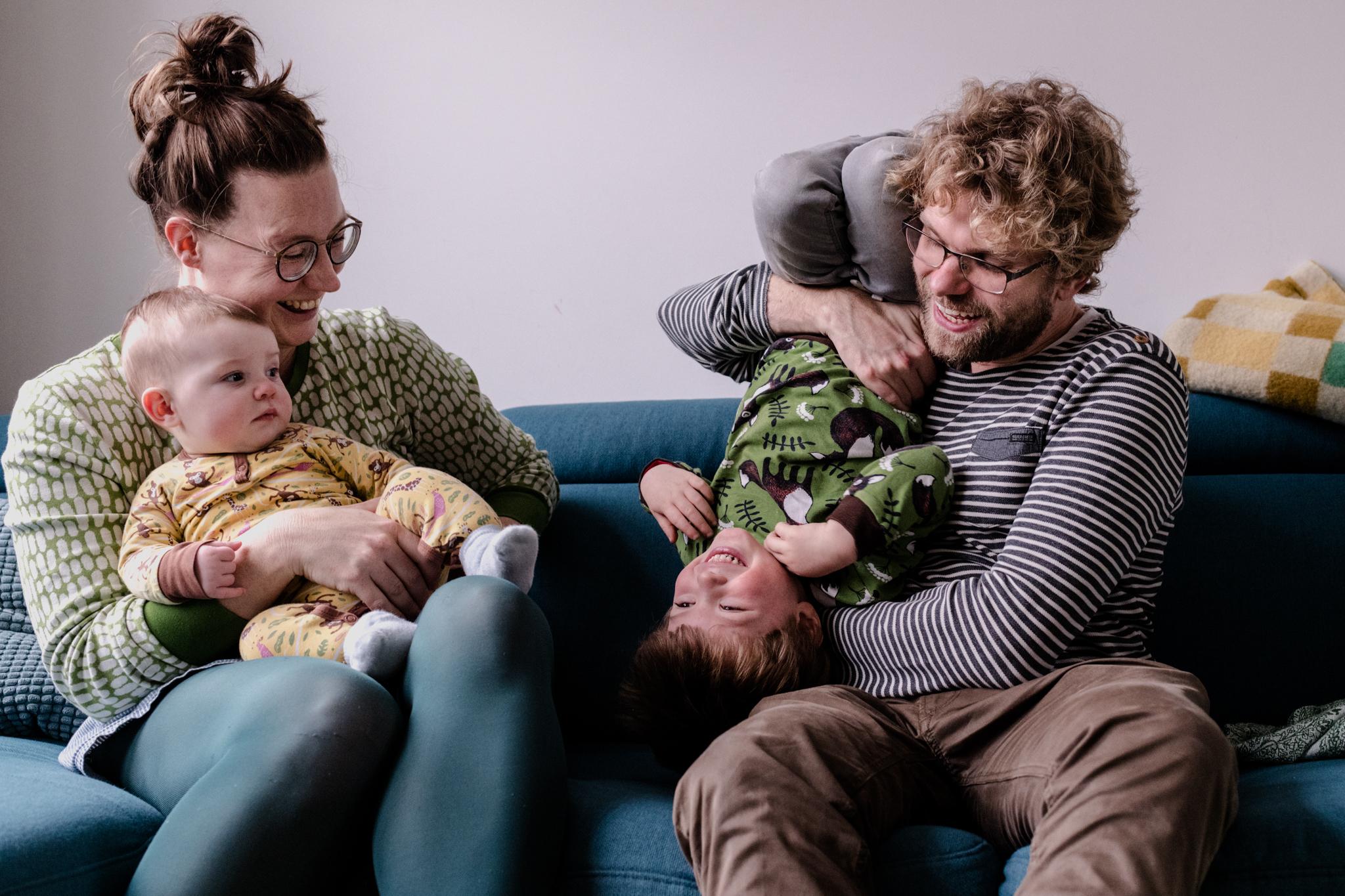 Familiefoto's Tilburg: Thuis in Tilburg op de bank