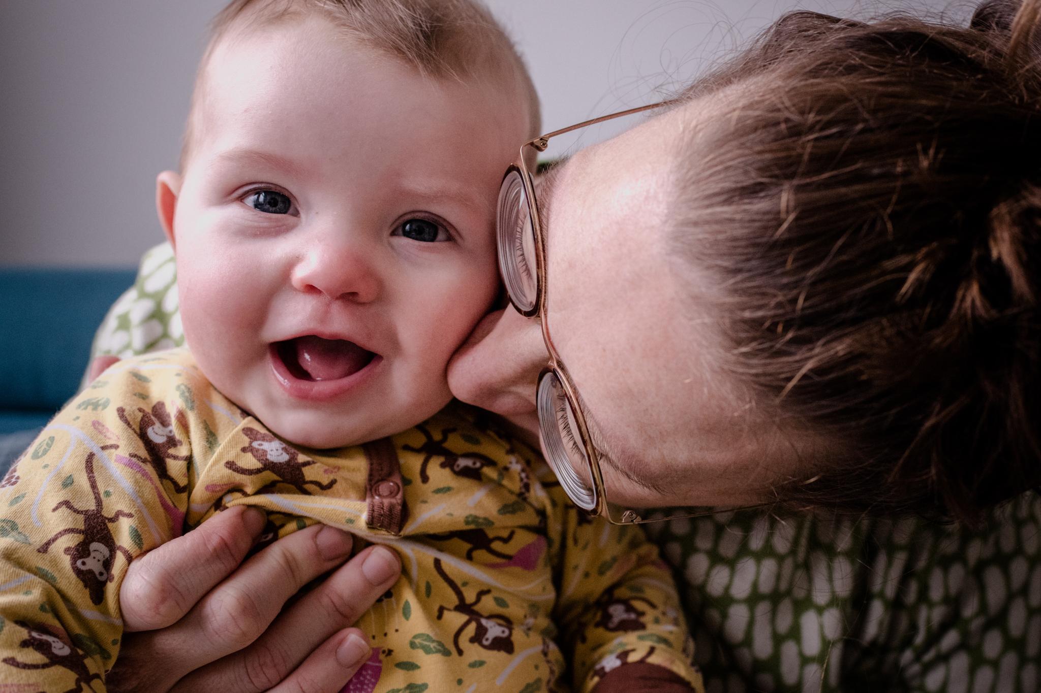 familiefoto's, familiefoto, thuis, tilburg, gezin, baby, mama, knuffelen