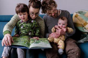 familiefoto's, familiefoto, thuis, tilburg, gezin, kinderen, papa, mama, huiskamer, voorlezen