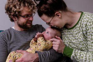 familiefoto's, familiefoto, thuis, tilburg, gezin, kinderen, papa, mama, huiskamer, baby, knuffelen